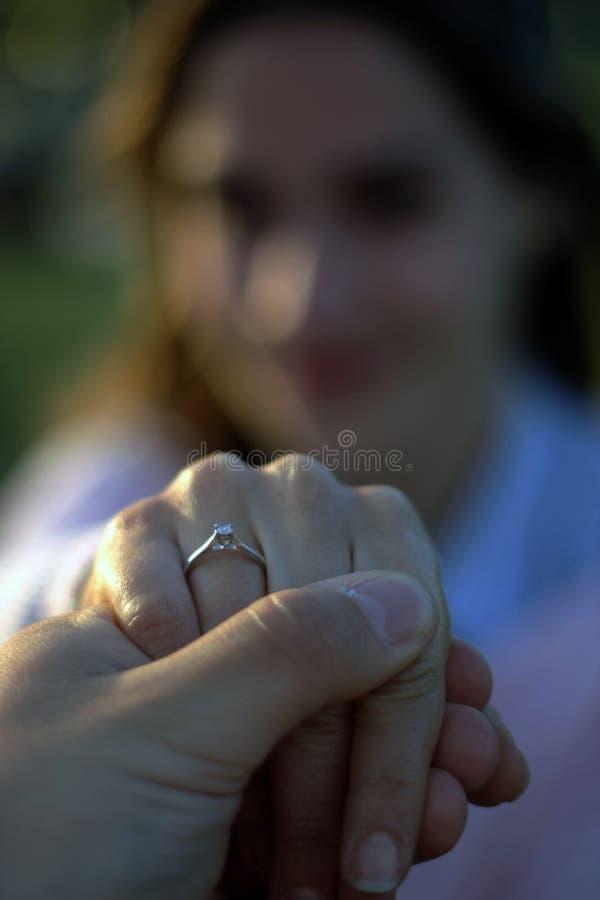 Unscharfes Frauenporträt, das ihren Verlobungsring zeigt lizenzfreie stockfotografie