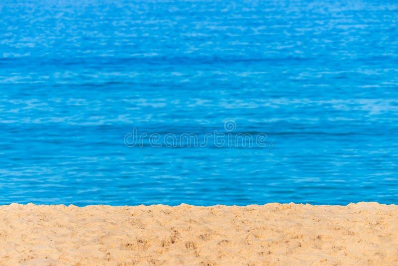 Unscharfes Hintergrundmeer Abstrakter Sommerhintergrund Greller Glanz der Sonne gegen das Meer, sch?nes bokeh Mit gelbem Sand auf stockfotografie