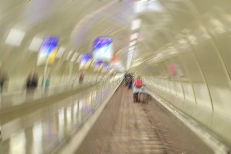 Unscharfes Kreisbild von den Leuten, welche die Rolltreppe in weitergehen lizenzfreie stockbilder
