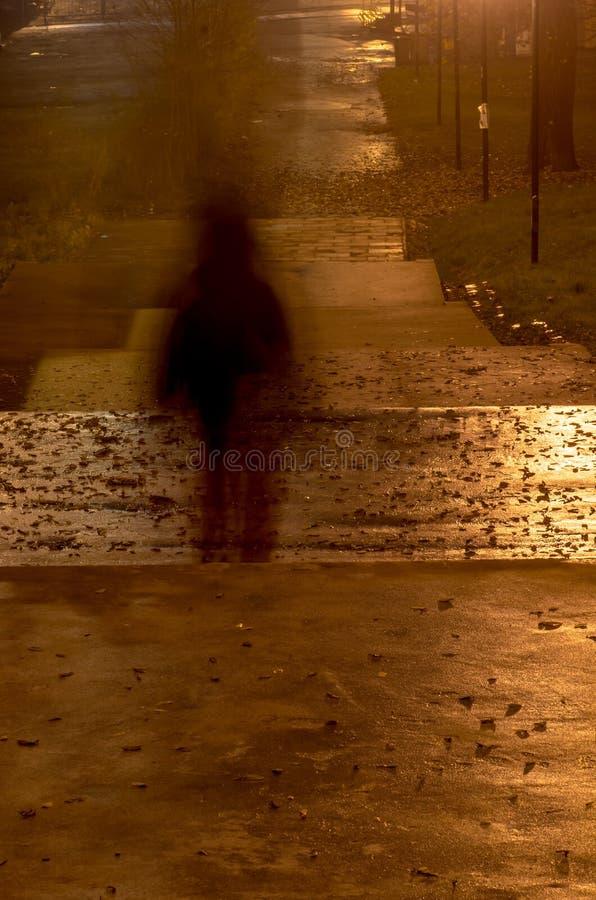Unscharfes Personenschattenbild in der Dunkelheit stockfotos