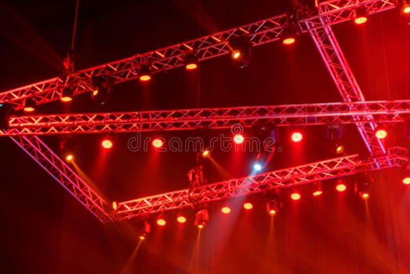 unscharfes Stadium beleuchtet auf Konzert oder lichttechnischer Ausrüstung mit Laser stockfotografie