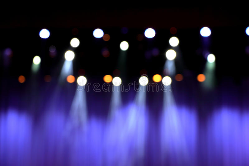 Unscharfes Theaterstadium mit purpurroten Vorhängen stockfotos