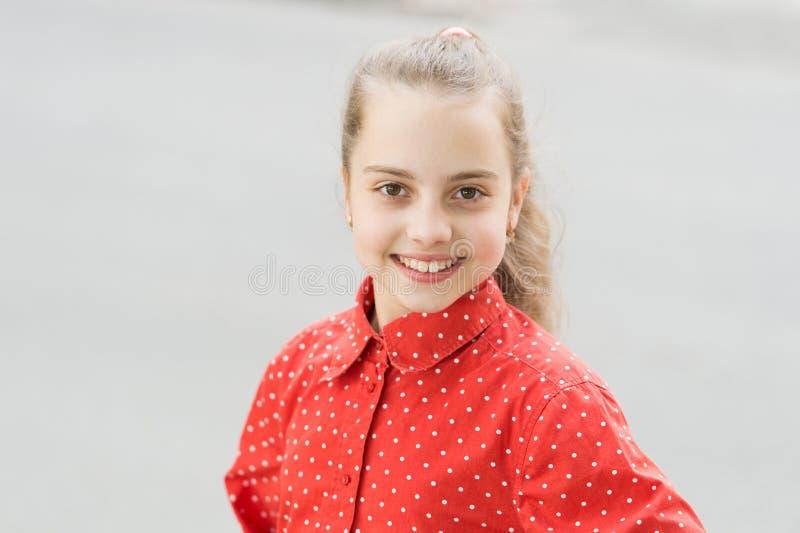 Unschuldige Schönheit des Mädchenkindes Gl?ckliches M?dchen Nettes Lächeln des kleinen Mädchens im Freien Kleines Mädchen mit dem stockfotos