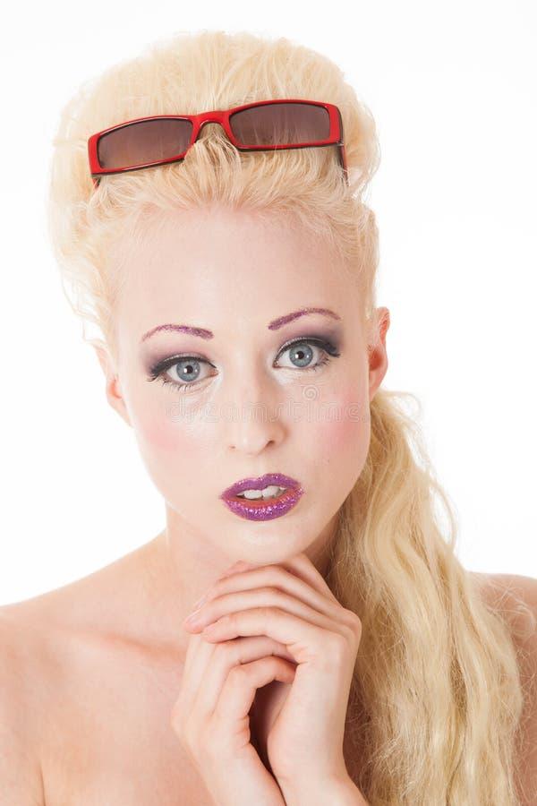 Unschuldiger Blick der jungen blonden Frau stockfotografie