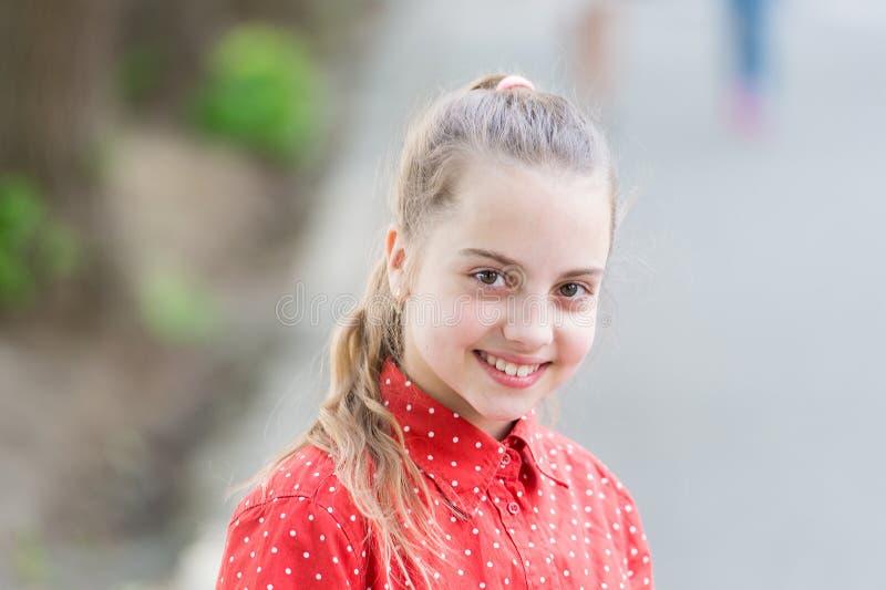 Unschulds- und Reinheitskonzept Zartes kleines Kinderlächelndes schönes Gesicht Gl?ck und Freude Toothy L?cheln Kleines Kind lizenzfreie stockbilder
