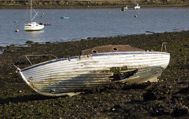 Unseaworthy łódź wyrzucać na brzeg z łamaną łuską zdjęcie stock