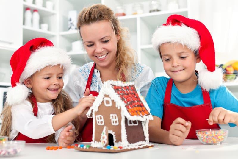 Unser Weihnachtslebkuchen-Plätzchenhaus stockfoto