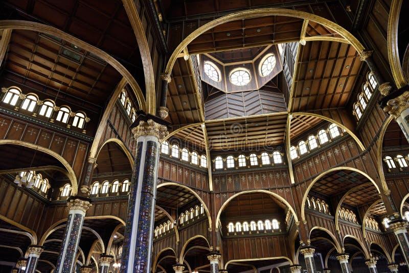 Unsere Dame der Engels-Basilika, des Innenraums Ansicht gen Himmel der hölzernen Decke, Oberlichter, Fenster stockfoto