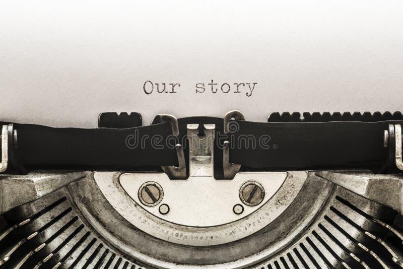 Unsere Geschichte geschrieben auf einer Weinleseschreibmaschine stockfotos