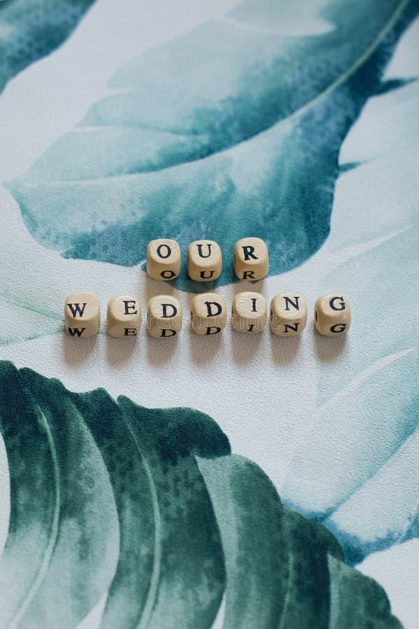 Unsere Hochzeit auf einem tropischen Blatthintergrund stockbilder