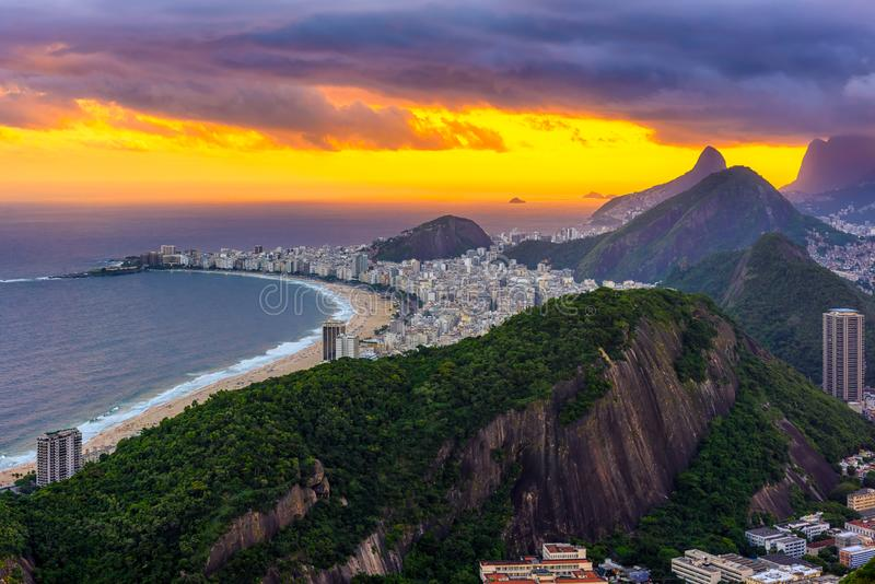 Unset widok Copacabana plaża w Rio De Janeiro obraz stock