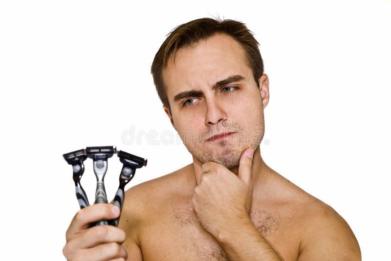Unshaven Kerl mit drei Rasiermessern lizenzfreie stockfotos