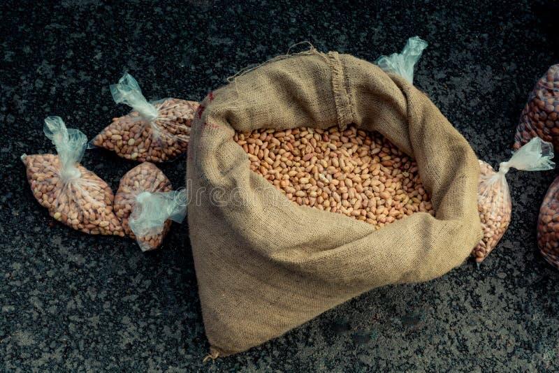 Unshelled jordnötter i en sugrörsäck på skärm royaltyfria bilder