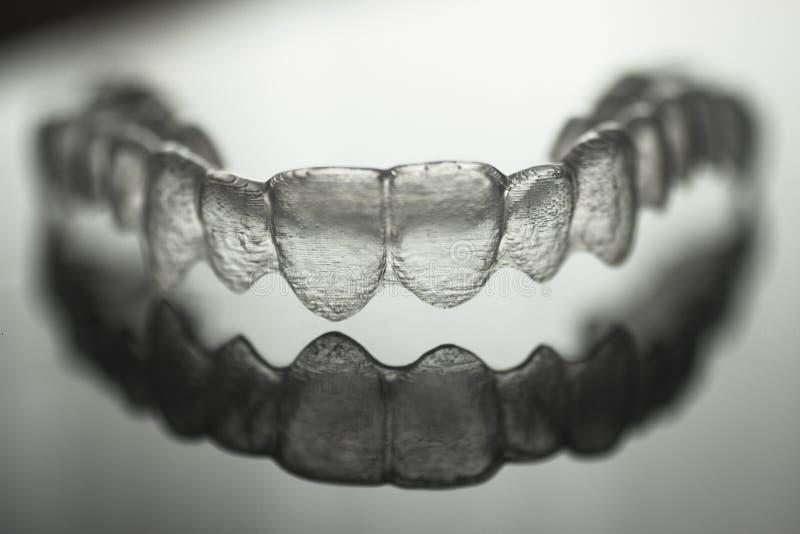 Unsichtbare zahnmedizinische Zahnklammerzahn-Plastikklammern lizenzfreies stockfoto