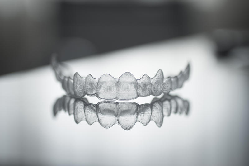 Unsichtbare zahnmedizinische Zahnklammerzahn-Plastikklammern stockbild
