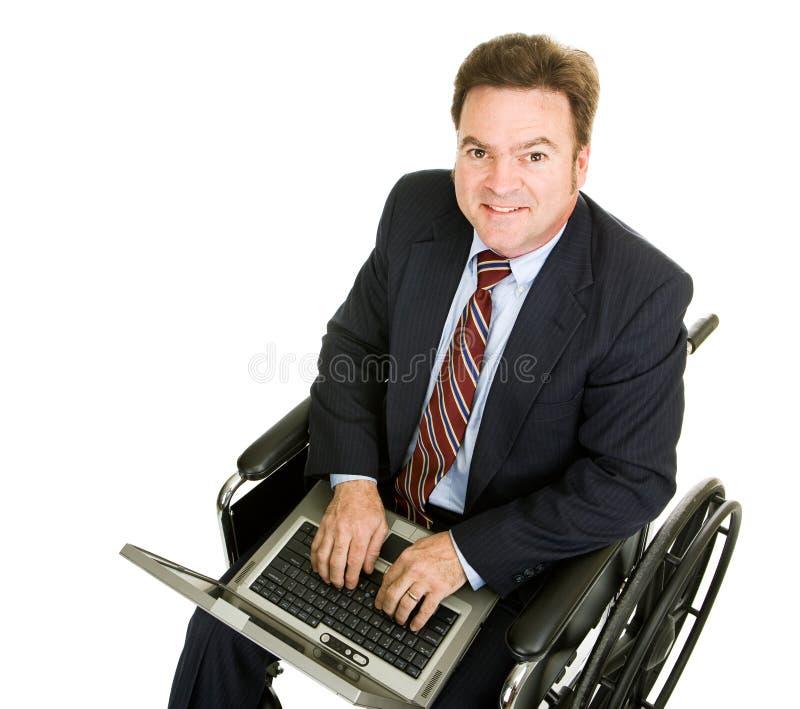 Untauglicher Geschäftsmann auf Computer stockfoto