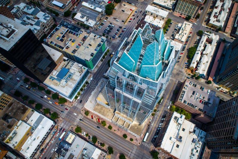 Unten auf Frost-Bank-Turm-Owl Building-Spitzen und modernem Architektur-Skyline-Stadtbild schauen - Austin, TX, USA lizenzfreie stockbilder