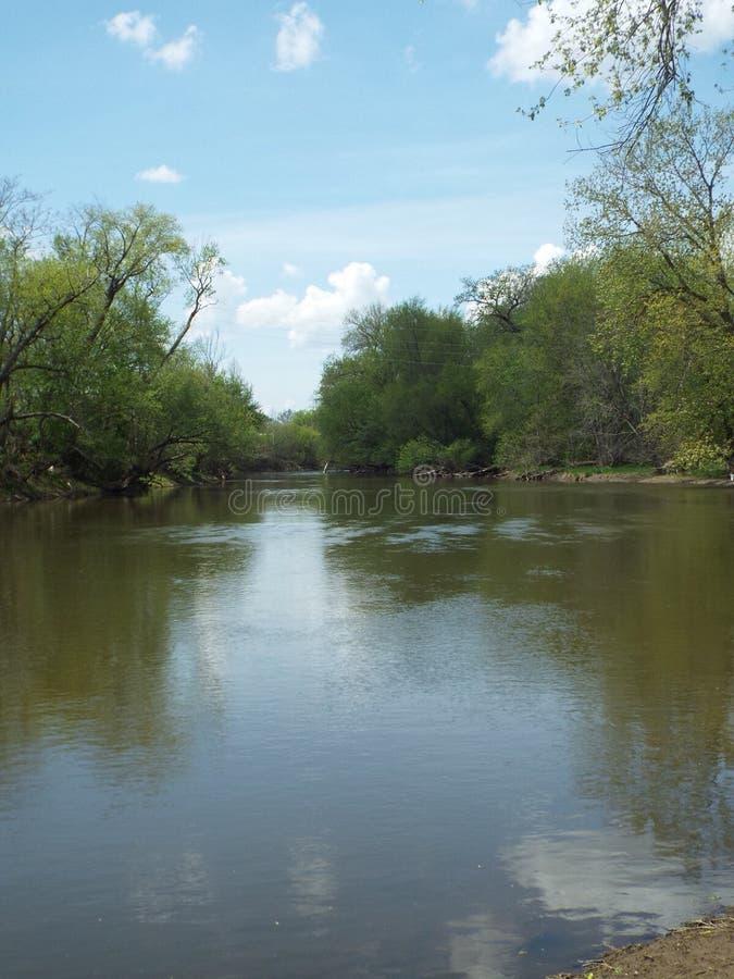Unten durch den faulen Fluss lizenzfreie stockbilder