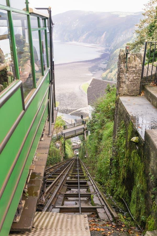 Unten schauen von der Spitze der Klippe Lynton und Lynmouth Eisenbahn stockfotos