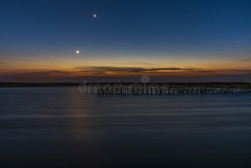 Unten vom jungen Mond und vom Venus lizenzfreies stockbild