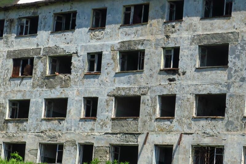 Unten zerstört durch Feuer, verließ zerbrochene Fensterscheibe, Brand, verwüstet, bringt unter, gefährlich, stockfoto