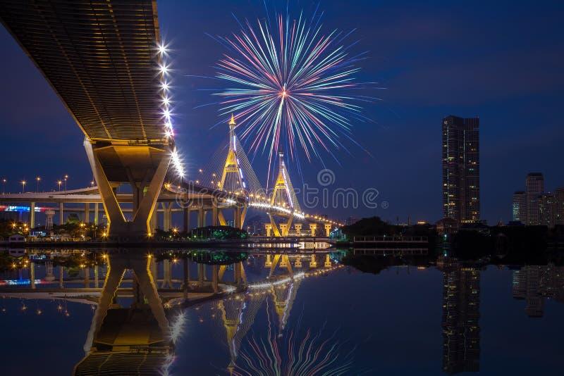 Unter Ansicht von Bhumibol-Brücke mit Feuerwerken, Nachtszene stockfotos