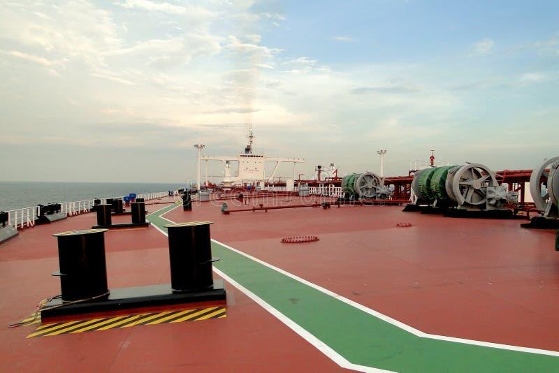 Unter dem blauen Himmel und den weißen Wolken kombinierte Seesegeln über dem Öltanker, VLCC lizenzfreie stockbilder