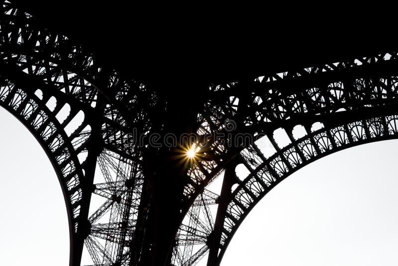 Unter dem Eiffelturm - bearbeitetes Eisen silouette stockfotografie