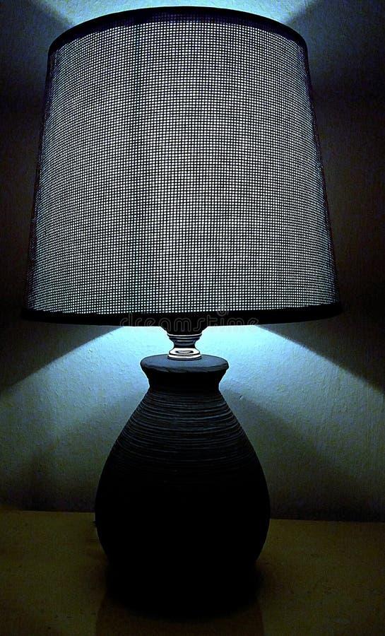 Unter dem Lampenlicht lizenzfreie stockbilder