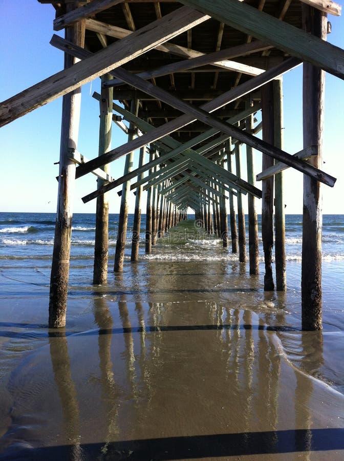 Unter dem Pier stockfotos