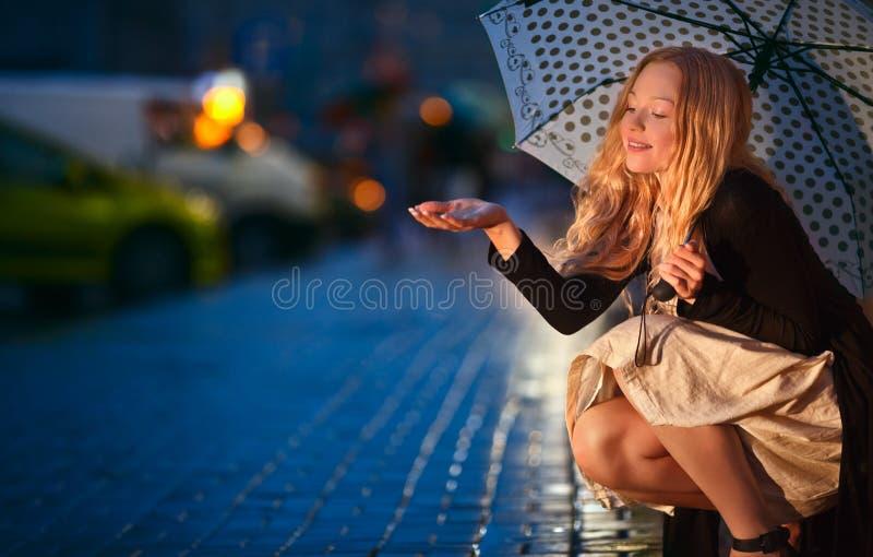 Unter dem Regen lizenzfreie stockbilder