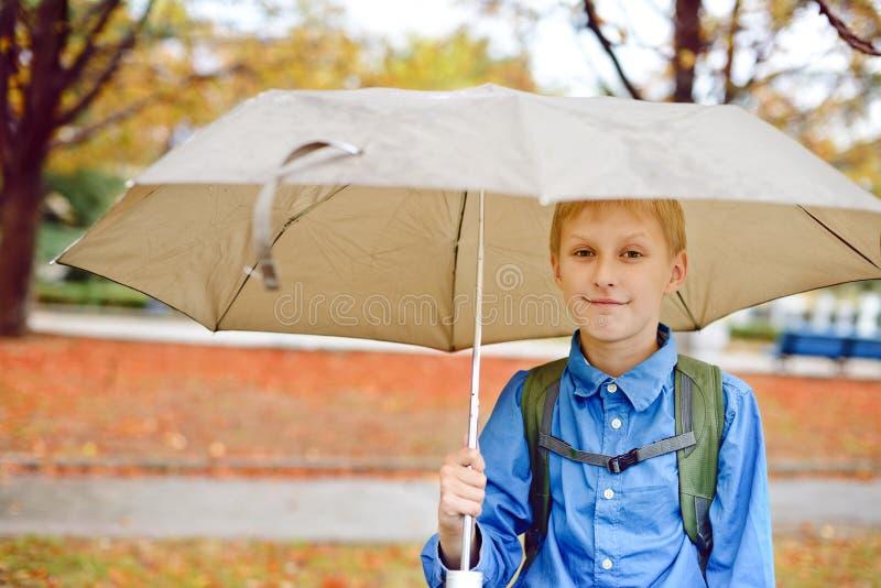 Unter dem Regen stockbild