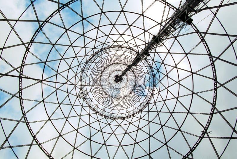 Unter dem Shukhov radiotower (Moskau) stockfotos