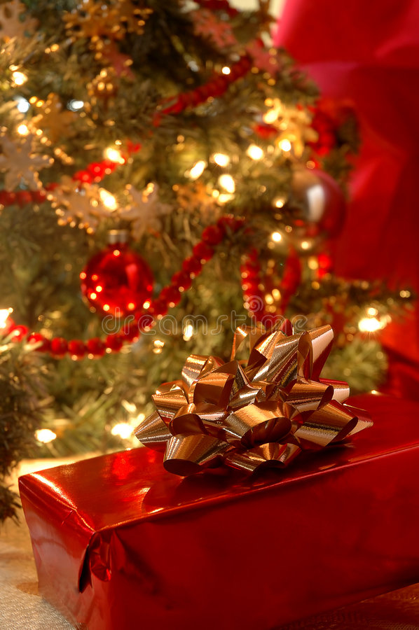 Unter dem Weihnachtsbaum lizenzfreie stockfotografie