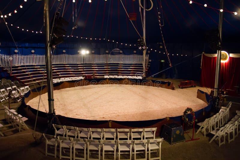 Unter dem Zirkuszelt-Zirkus-Zelt stockfoto