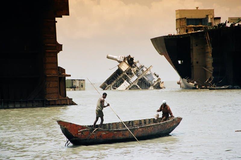 Unter den Wracken Bangladesh lizenzfreie stockfotografie