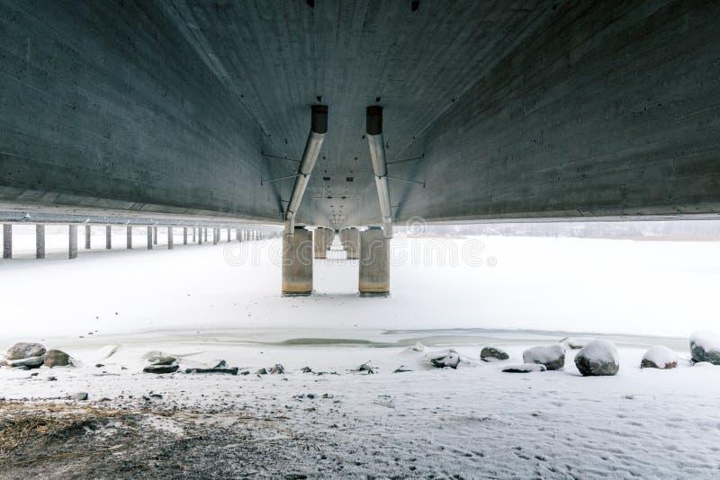 Unter der Brücke 'Vuosaari 'in Helsinki, Finnland an einem kalten Wintertag lizenzfreie stockbilder