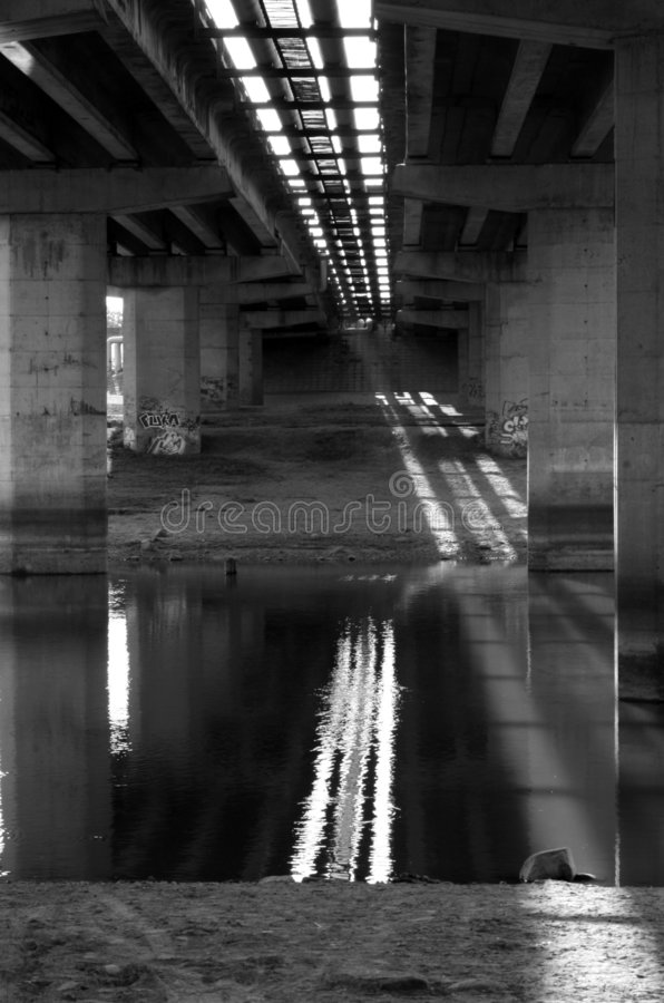 Unter der Brücke stockbild
