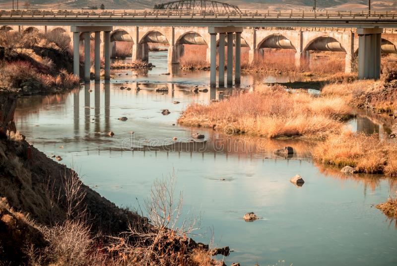 Unter der Brücke während des Herbstes lizenzfreies stockfoto