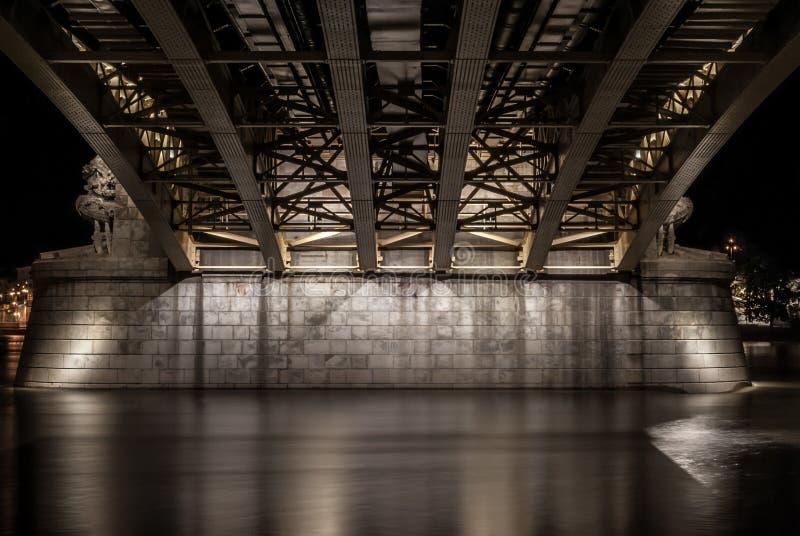 Unter der Margit-Brücke in Budapest, Ungarn lizenzfreie stockbilder