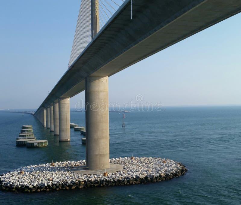 Unter der skyway Brücke stockbilder