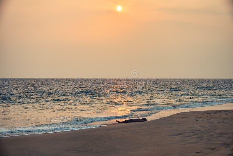 Unter der Sonne schlafen, Kovalam, Kerala, Indien lizenzfreie stockfotos