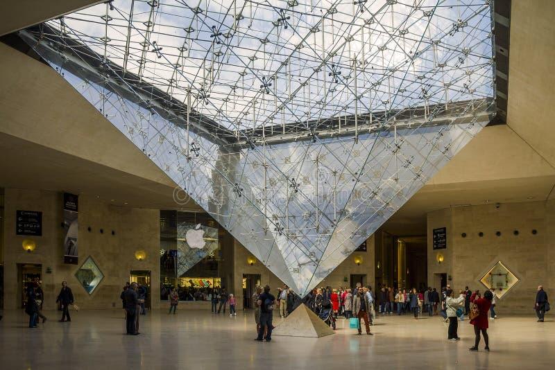 Unter der umgekehrten Pyramide stockfoto