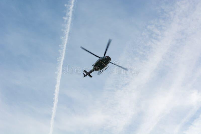 Unter die Ansicht des Rettungshubschraubers oben fliegend lizenzfreie stockfotos