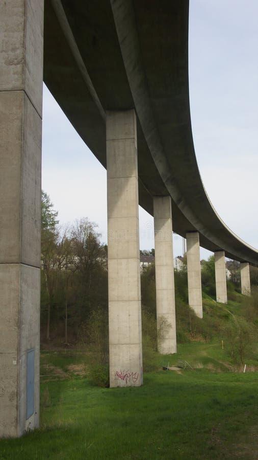 Unter einer Brücke stockbilder