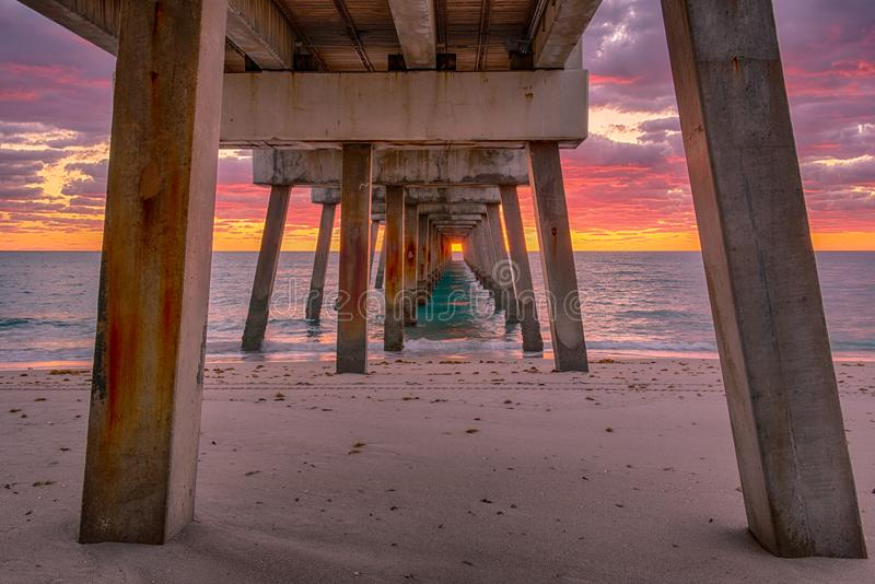 Unter Juno Beach-Pier lizenzfreies stockfoto
