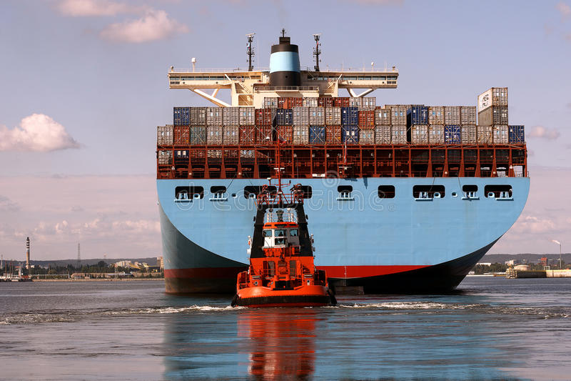 Unter riesigen Containerschiffen lizenzfreie stockfotografie