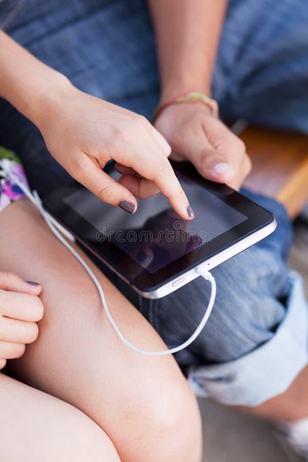Unter Verwendung Der Digitalen Tablette Lizenzfreie Stockfotos