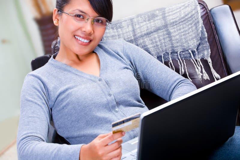 Unter Verwendung der Kreditkarte für Onlineverhandlung lizenzfreies stockbild