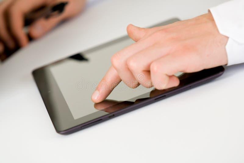 Unter Verwendung der Tablette stockbild